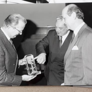 De gauche à droite: le roi Albert - Georges Jacobs, président du Quartier des Arts - Guy Paquot, directeur général Financière Lecocq (Bois Sauvage)